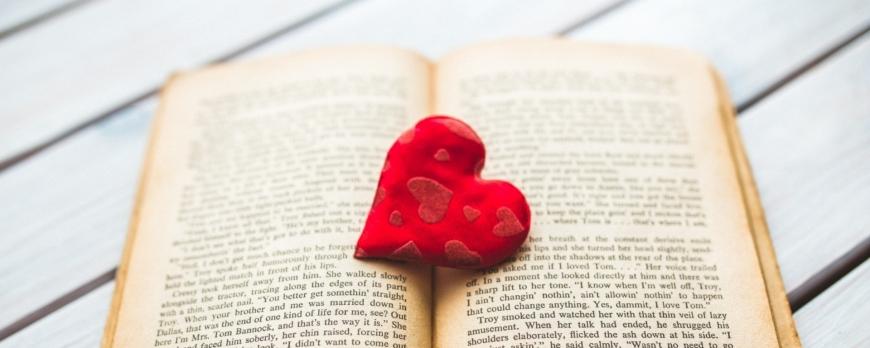 libro aperto con un cuore rosso al centro